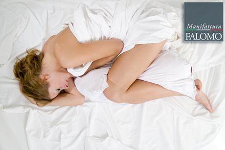 Dormire Cuscino Tra Le Gambe.A Pancia In Su A Pancia In Giu O Di Fianco