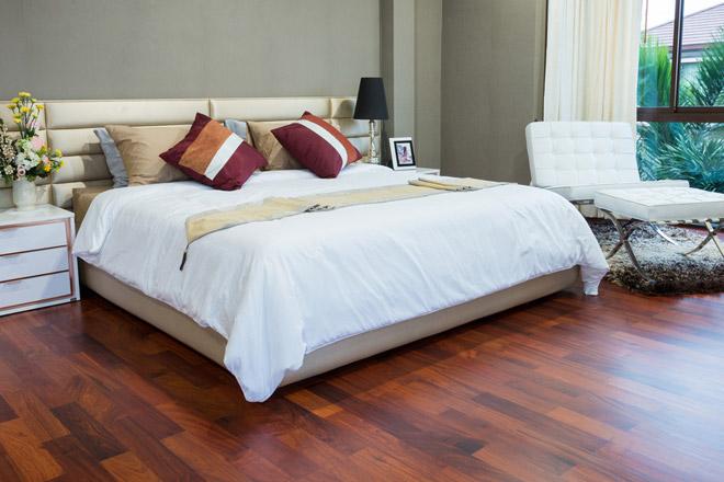 Pulizie di primavera in camera da letto consiglio: usa un panno umido per eliminare la polvere!