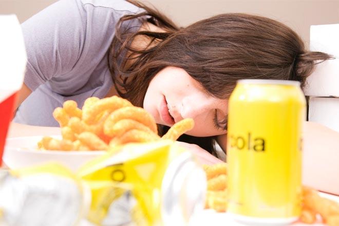 Perché mi sento assonnato dopo un pasto abbondante?
