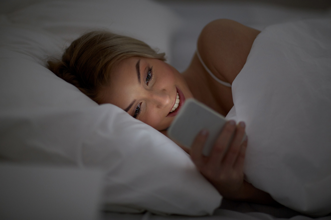 Guardi lo smartphone prima di dormire? Ecco cosa succede al tuo cervello!