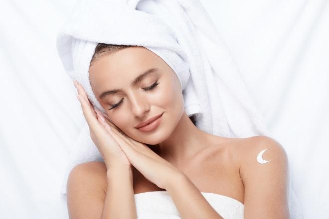 Che cosa accade alla pelle durante il sonno?